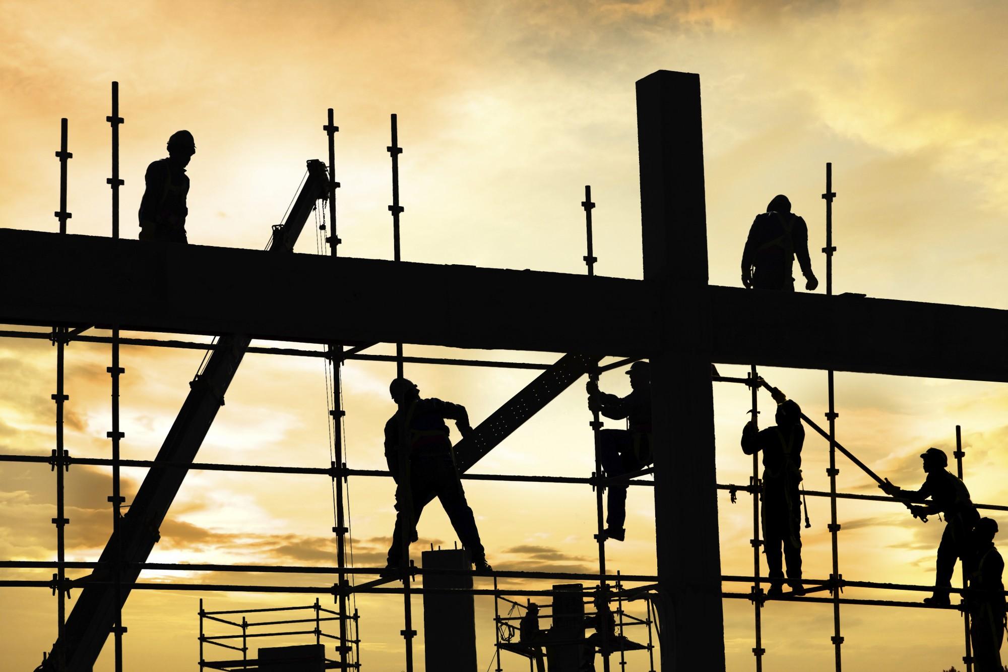 Darbas statybose: vagiamos algos, nežmoniškos sąlygos, patyčios (Artūro atvejis)