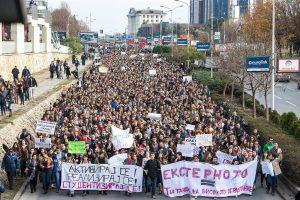 """Universitetų okupacijos, prezidentūros nusiaubimas ir debatai apie """"kiną"""" Makedonijoje"""