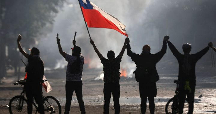 Čiliečiai pradėjo visuotinį streiką prieš diržų veržimosi politiką