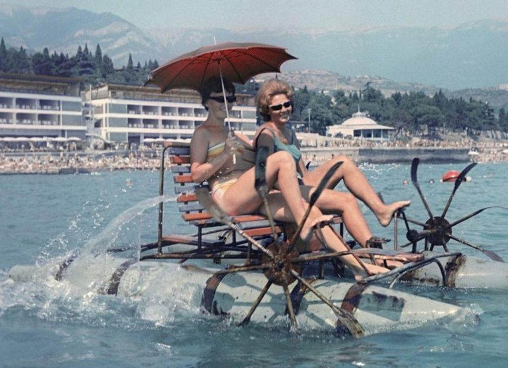 dvi moterys sovietmečiu atostogauja mindamos vandens dviratį