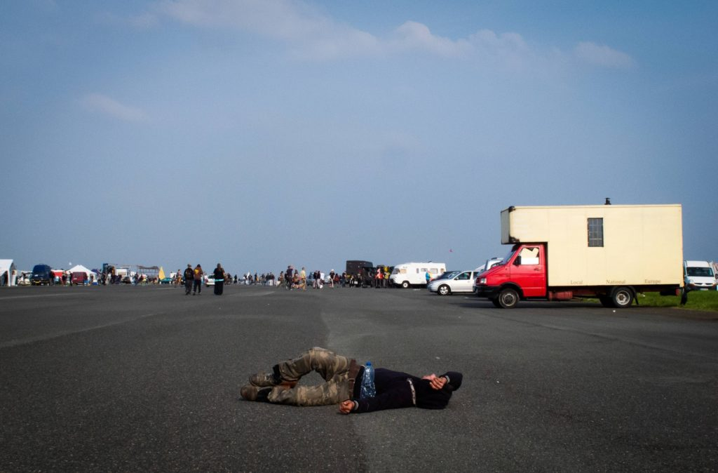 Pavargęs ir ant žemės gulintis reiveris