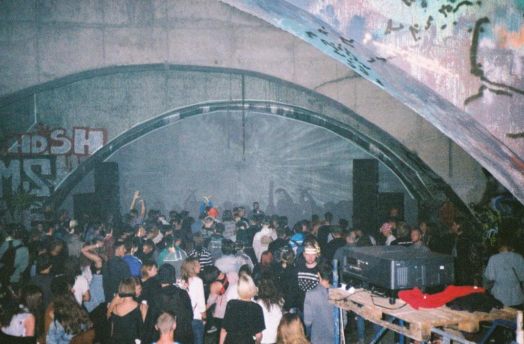 minia žmonių, šokančių pogrindiniame reivo vakarėlyje
