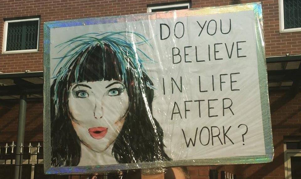 """plakatas su užrašu """"ar tiki gyvenimu po darbo?"""""""