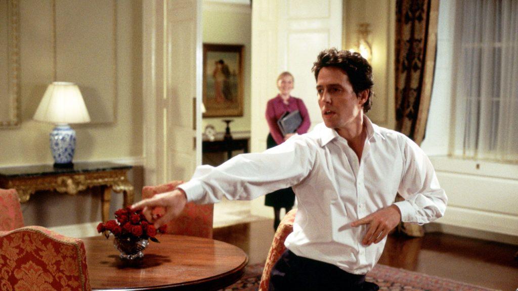 """Kadras iš filmo """"Tegyvuoja meilė"""": šokantis Hugh Grantas"""