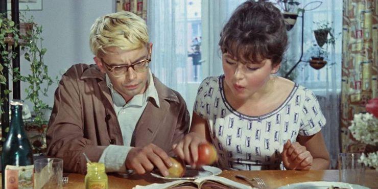 """Kadras iš filmo """"Operacija Y"""", jame – Šurikas ir Lida skaito konspektus"""