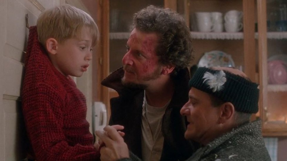 """Kadras iš filmo """"Vienas namuose"""", kuriame plėšikai Haris ir Marvas grasina Kevinui"""