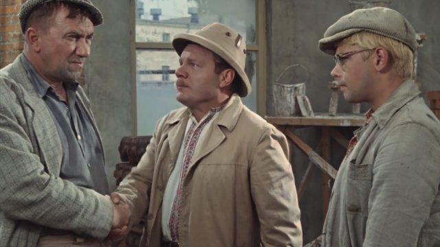 """Kadras iš filmo """"Operacija Y"""", jame – chuliganas, brigadininkas ir Šurikas"""