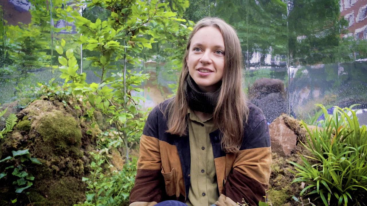 Menininkė Sigita Simona Paplauskaitė medžių fone