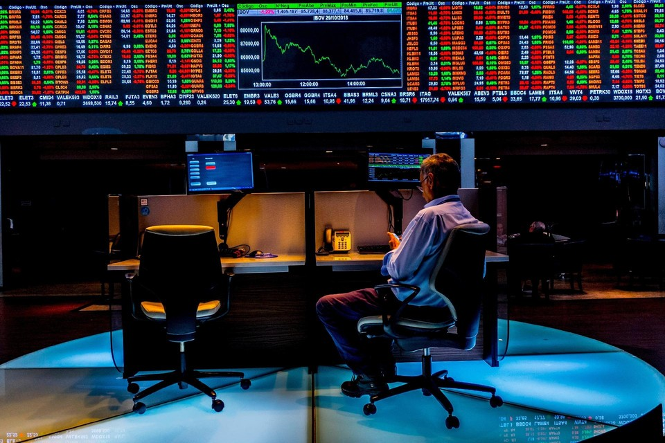 Žmogus nuobodžiauja akcijų biržoje.