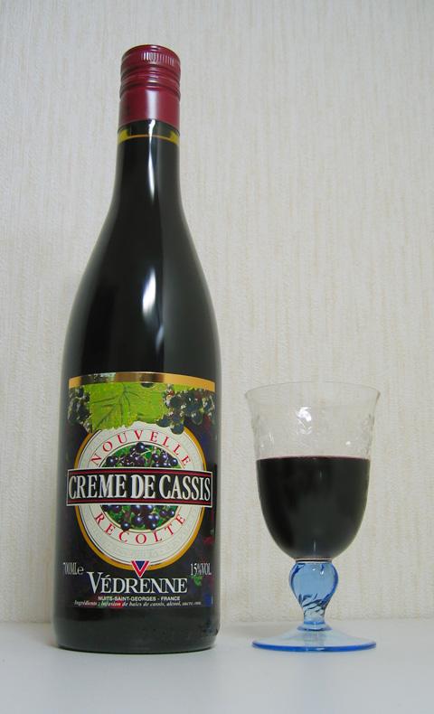 """Likerio """"Cassis de Dijon"""" butelis ir taurė su juo"""