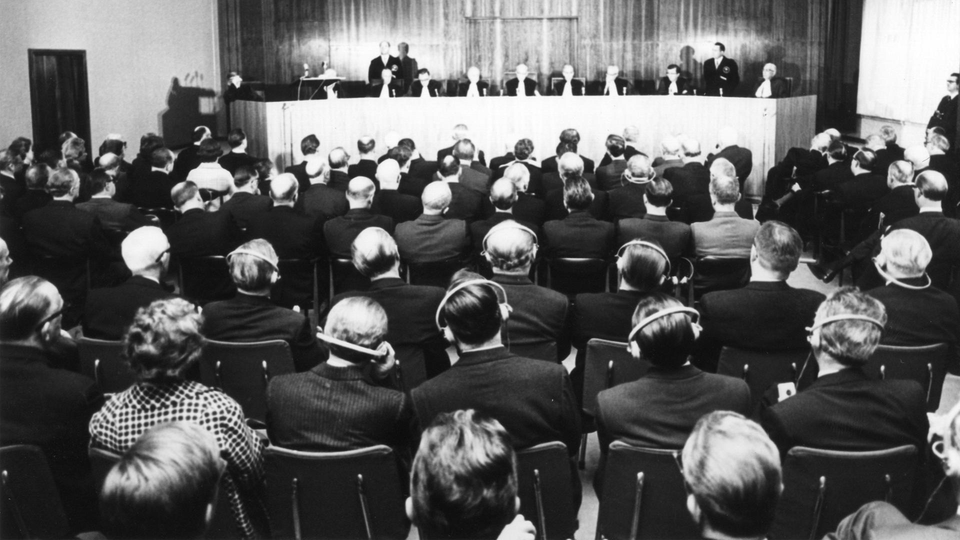 Europos Teisingumo Teismas 1964 m.: teisėjai skelbia nuosprendį, salė pilna žiūrovų