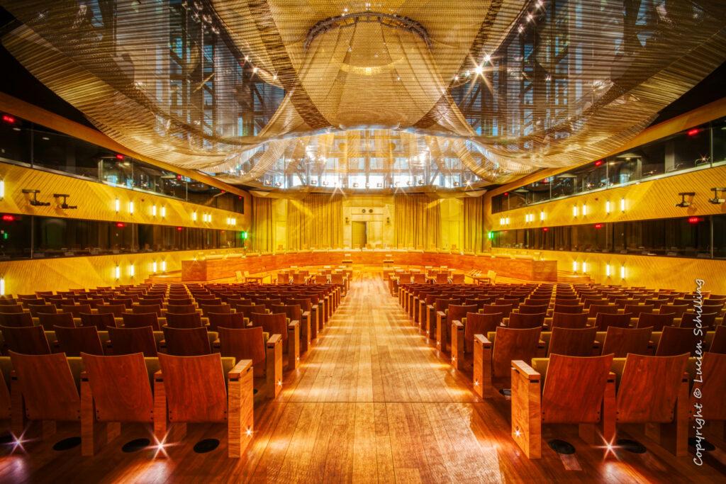 Skaisčiai apšviesta pagrindinė Europos Sąjungos Teisingumo Teismo salė