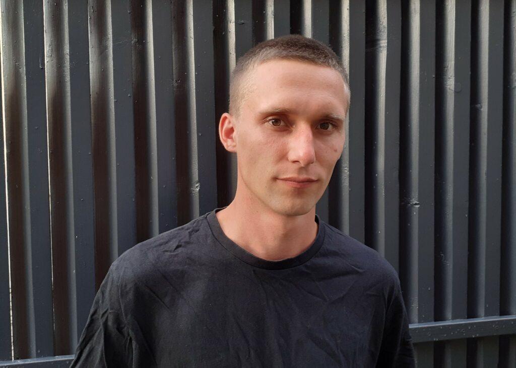 Jurgis Valiukevičius juodos tvoros fone