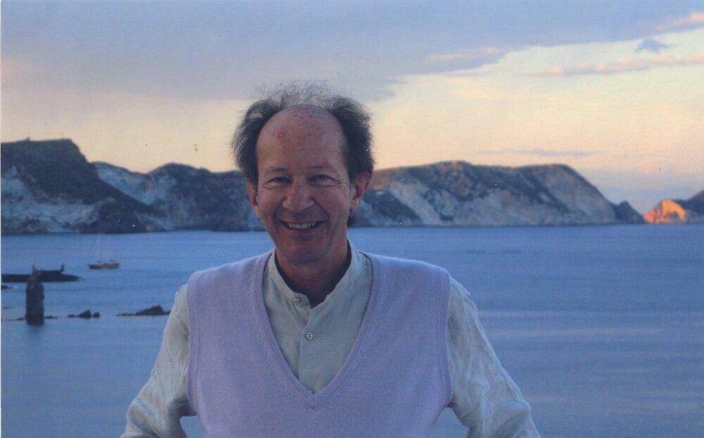 Italų filosofas Giorgio Agamben jūros ir kalnų fone